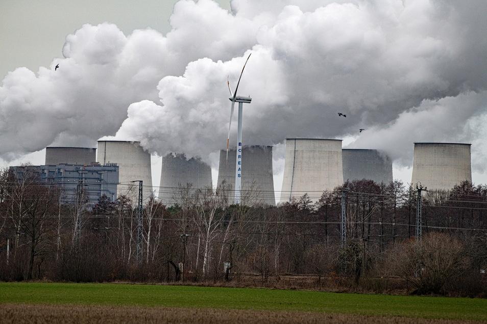 Die Kühltürme von Kohlekraftwerken wie dem in Jänschwalde könnten zur Speicherung von Kohlendioxid genutzt werden.