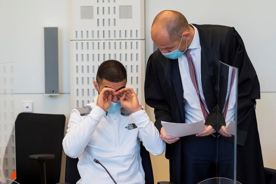 Mustafa K. - hier mit Verteidiger Carsten Brunzel - muss sich derzeit vor dem Dresdner Landgericht verantworten. Geknackte Krypto-Handys gaben den Ausschlag.