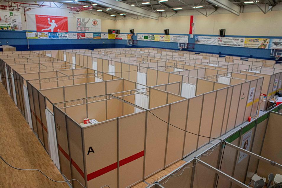 In Kamenz ist die Turnhalle des Gymnasiums momentan noch Impfzentrum. Ab Juli wird es - wie viele andere Zentren auch - geschlossen.