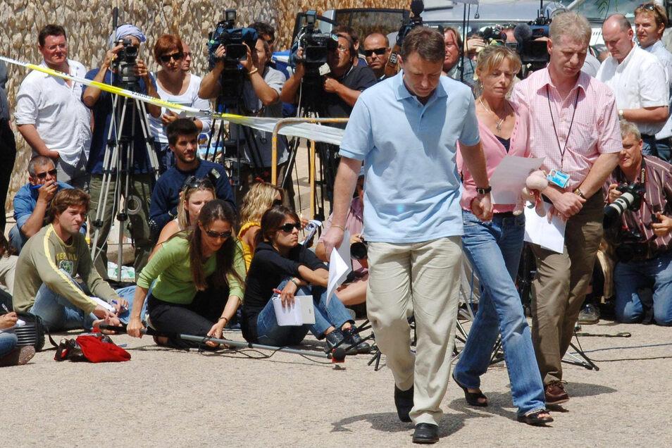 Portugal, Praia Da Luz: Garry McCann (vorne, r) und seine Frau Kate McCann (vorne, M) verlassen im Mai 2007 eine Pressekonferenz, in der sie sich zum Verschwinden ihrer Tochter äußerten.