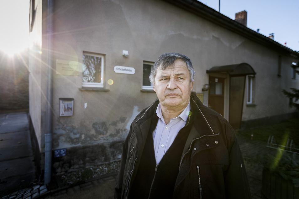 Ortsvorsteher Bernd Wünsche steht vor dem kaputten bisherigen Dorfgemeinschaftshaus von Schlauroth am Ortsausgang in Richtung Pfaffendorf. Jetzt soll als Ersatz ein neues Bürgerhaus am Teich in der Mitte des Ortsteils gebaut werden.
