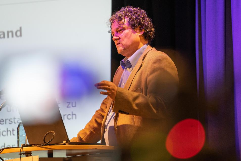 Der Medienwissenschaftler Lutz Hagen beschäftigt sich mit der Qualität von Nachrichten. Nach seiner Ansicht haben es Fake News in Krisenzeiten besonders leicht.