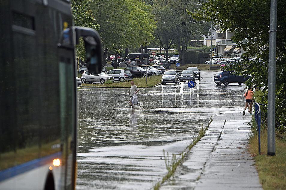 Starker Regen führte am Freitagnachmittag dazu, dass in Bautzen zahlreiche Straßen überflutet wurden, unter anderem im Stadtteil Gesundbrunnen.
