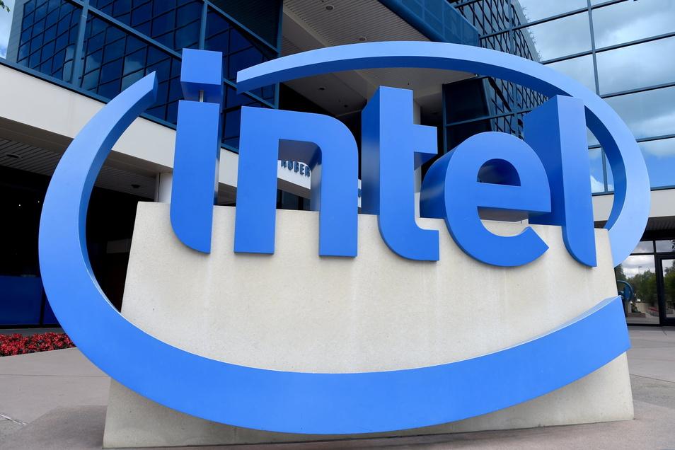 Hängt dieses Logo bald auch an einer sächsischen Mikrochip-Fabrik? Der Intel-Konzern will in Europa bauen, hat aber Wünsche.