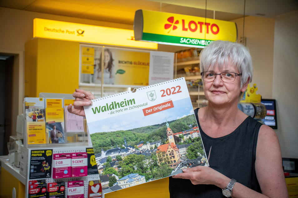 Doris Grundmann in der Postagentur am Niedermarkt mit dem neuen Waldheim-Kalender.