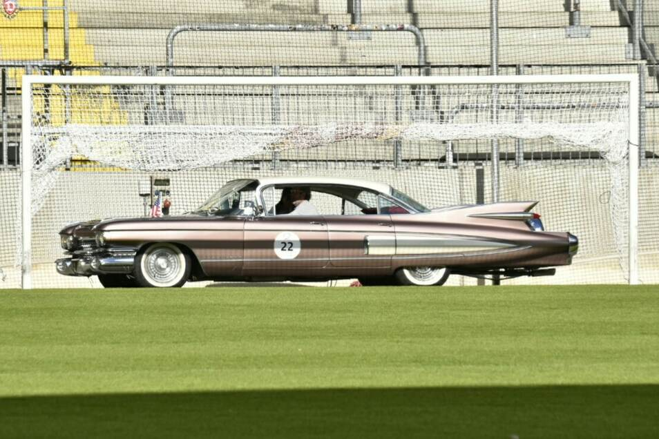 Dieser Cadillac Fleetwood füllt längenmäßig fast das ganze Stadiontor aus. Kofferraum, Innenraum, Motorraum - einfach alles an diesem Wagen ist riesig.