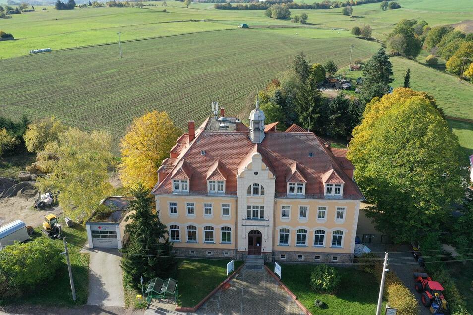 Die alte Schule Dorfhain soll umgebaut werden. Nebenstehend ist zudem ein Neubau geplant.