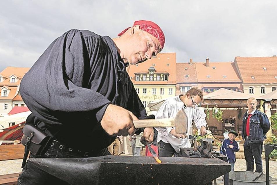 Traditionelles Handwerk Sie können sie noch, alte Handwerkskunst. Schmied Jan Kalauch von der Schmiede Stolpen machte es vor. Dafür hatten sich die Handwerker auch entsprechend in Schale geworfen: Hemden mit Schnürkragen und Kniebundhose waren mindestens