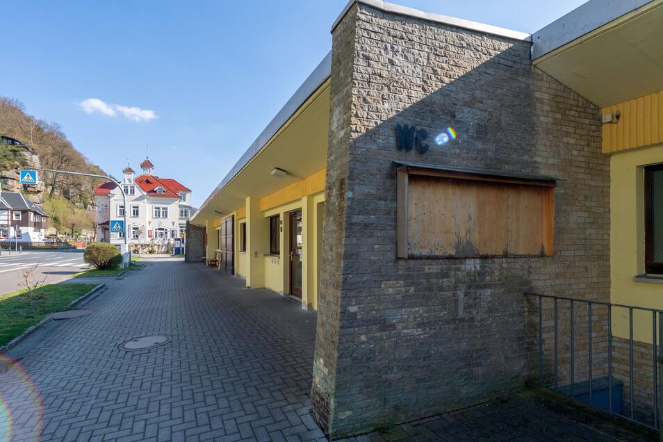 Am Wanderparkplatz an der Fähre in Schmilka gibt es öffentliche Toiletten. An vielen anderen Stellen in der Sächsischen Schweiz sind diese Mangelware.