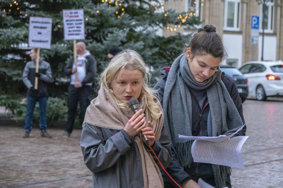 Emilia Börno (l.) und Annabell Kempter haben bei der Klimademo auf dem Obermarkt gesprochen. Im Hintergrund die Spontandemo der NPD-Anhänger unterm Weihnachtsbaum.