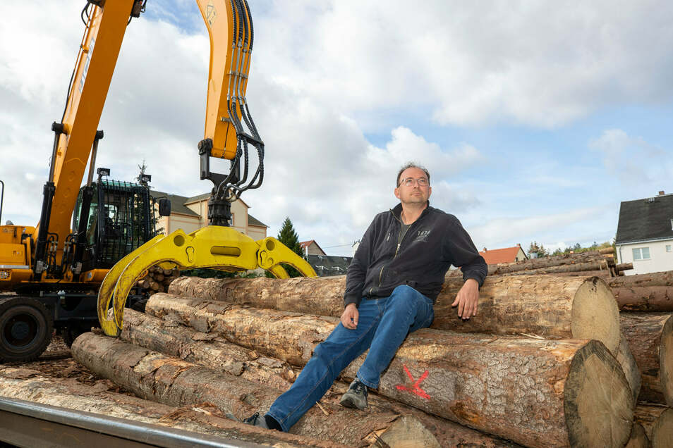 Ein Mann und sein Holz: Thomas Räntzsch, 48, führt das Harthaer Sägewerk in sechster Generation. Um seinen Rohstoff macht er sich zunehmend Sorgen.