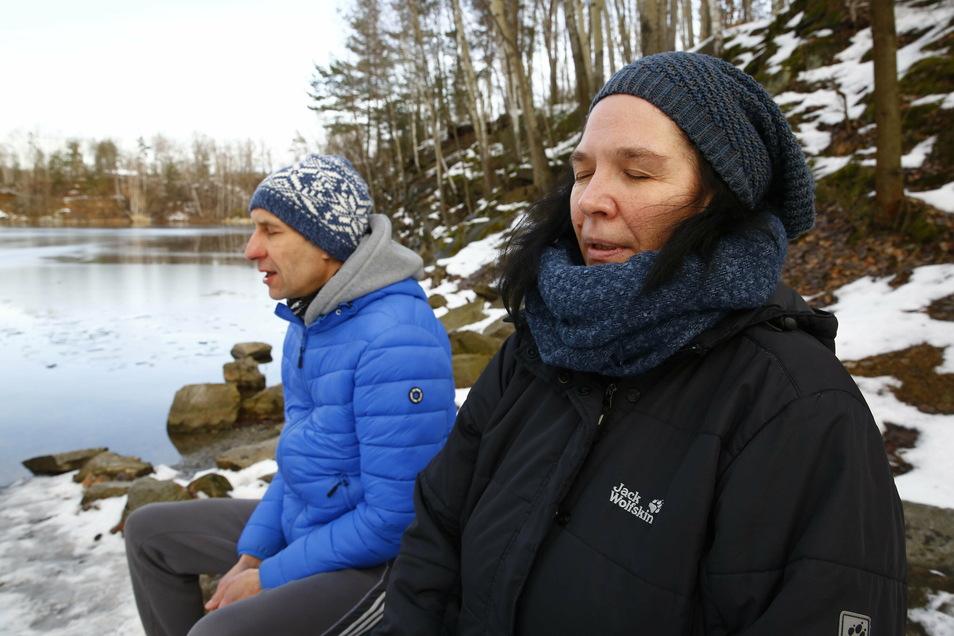 Vor dem Eisbaden kommt das richtige Atmen. Nach der Methode des Niederländers Wim Hof trainierte Ina Förster zusammen mit Jens Würtenberger.
