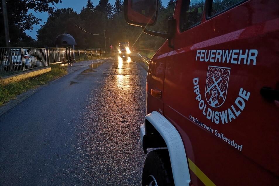 Die Feuerwehr Seifersdorf war zuerst im Einsatz, um die Straße frei zu bekommen.