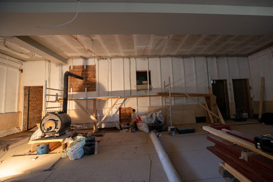 Der Saal bleibt der Kanonenofen an seinem Platz. Rechts daneben werden die restaurierten Kinosessel aufgebaut. In den Räumen dahinter verstecken sich einmal eine Teestube (ganz rechts) und die Kinotechnik (Mitte).