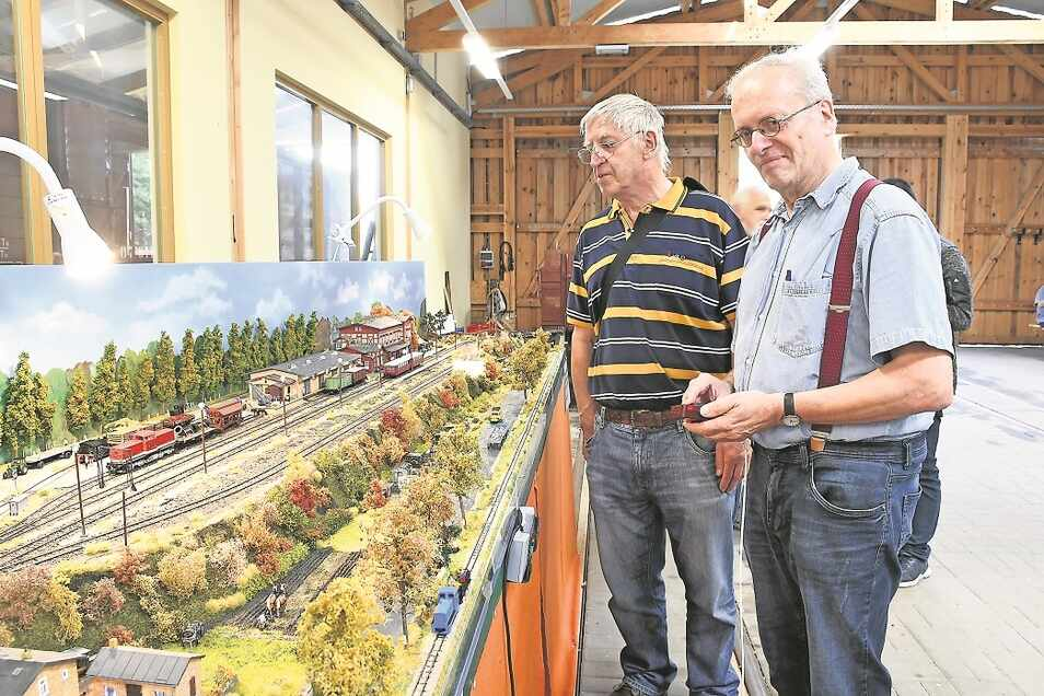 In der Museumsanlage erhielten die Besucher einen Einblick in die vielfältigen Aktivitäten des Modellbahnclubs Weißwasser. Gezeigt wurden neun Anlagen in verschiedenen Spurweiten.Franz Klenner (links) führt die Anlage des Bahnhofs Bad Muskau vor.