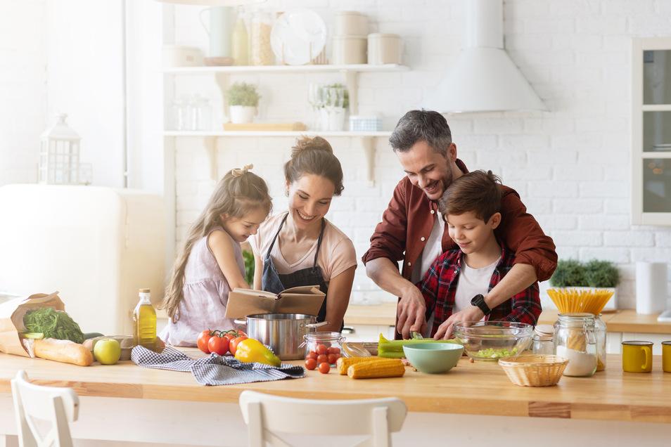 So wird der Sommer auch daheim wunderbar - beim Kochen in der eigenen Traum-Küche.