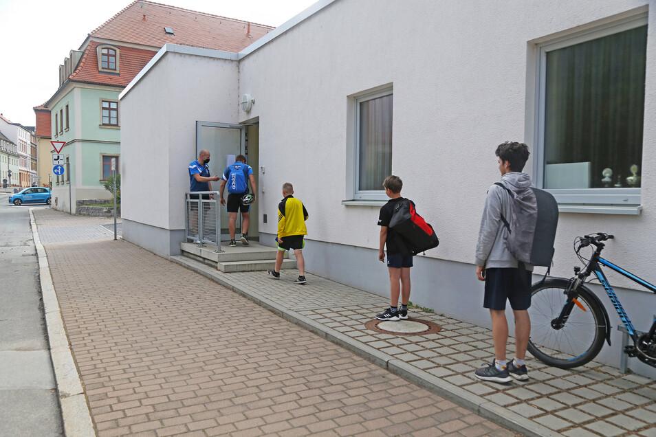 Abstand halten: Nur acht Sportler dürfen beim Training in der Sporthalle der 1. Grundschule Riesa teilnehmen - und schon beim Warten auf die neuen Regeln achten.