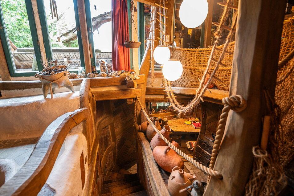 In der Wohnung finden sich Mitbringsel aus aller Welt, darunter eine mongolische Strickleiter aus Pferdehaar.