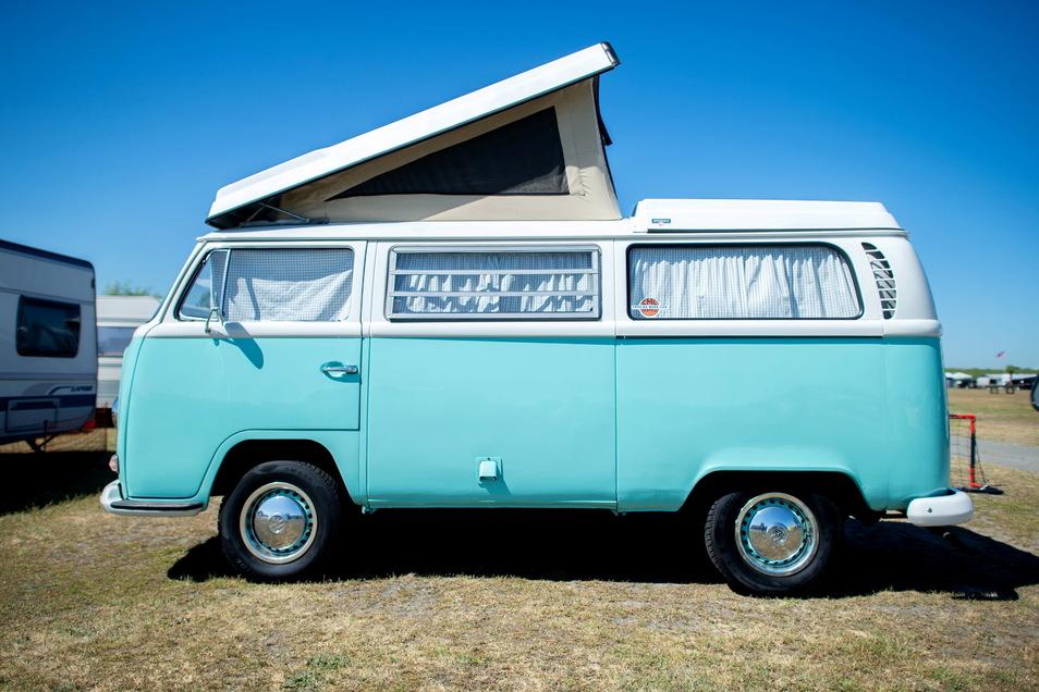 Ein Campingbus vom Typ Volkswagen T2: Wer sich in der Corona-Zeit so einen zulegen will, hat dafür zuletzt immer tiefer in die Tasche greifen müssen.