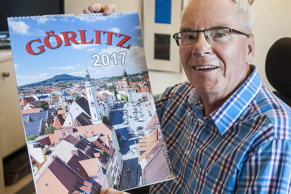Fotograf Rainer Kitte hier mit einem seiner Görlitz-Kalender. Seit Jahrzehnten dokumentiert er die Ereignisse in der Stadt.