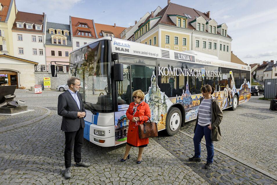 Präsentation des neu gestalteten trilex-Busses in Zgorzelec -v.l.: Wolfgang Pollety (Geschäftsführer Länderbahn), Malorzata Sokolowska (als Vertreterin der Stadt Zgorzelec) und Sandra Trebesius (Pressesprecherin ZVON)