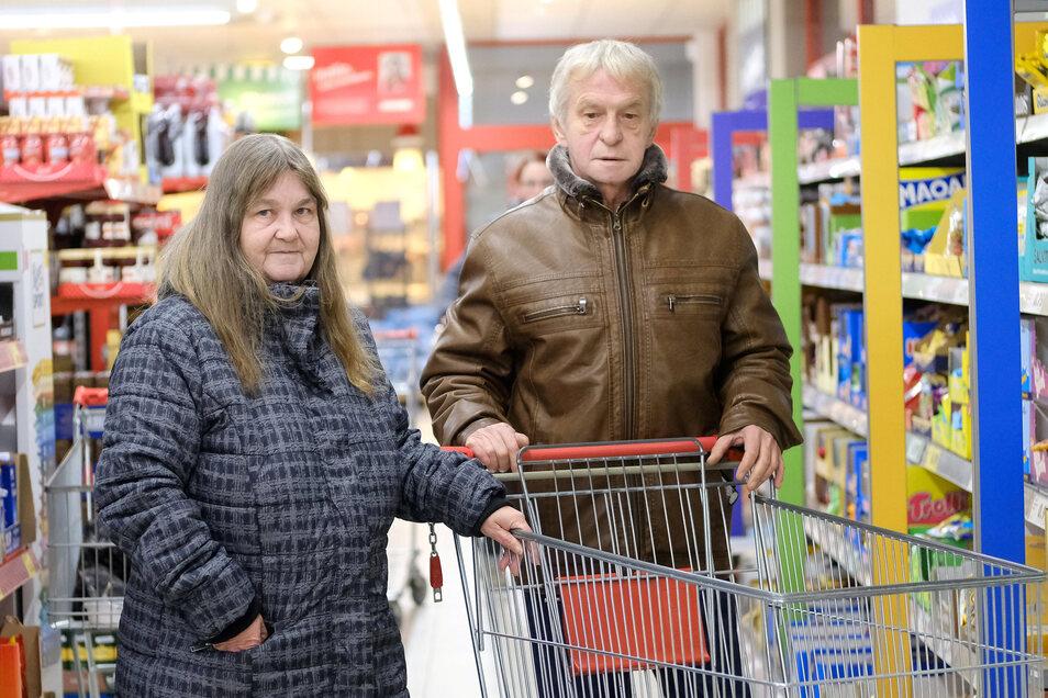 Gisela und Joachim Köpke auf Einkaufstour. Sie achten dabei auf jeden Cent.