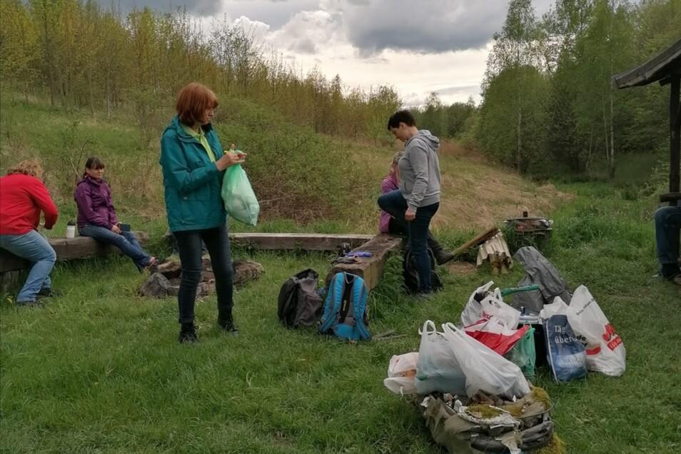 Das ist nur ein Teil des Mülls, den Mitglieder des Vereins Jauernick-Buschbach zusammentrugen. Jetzt haben sie einen Wunsch an die Wanderer.