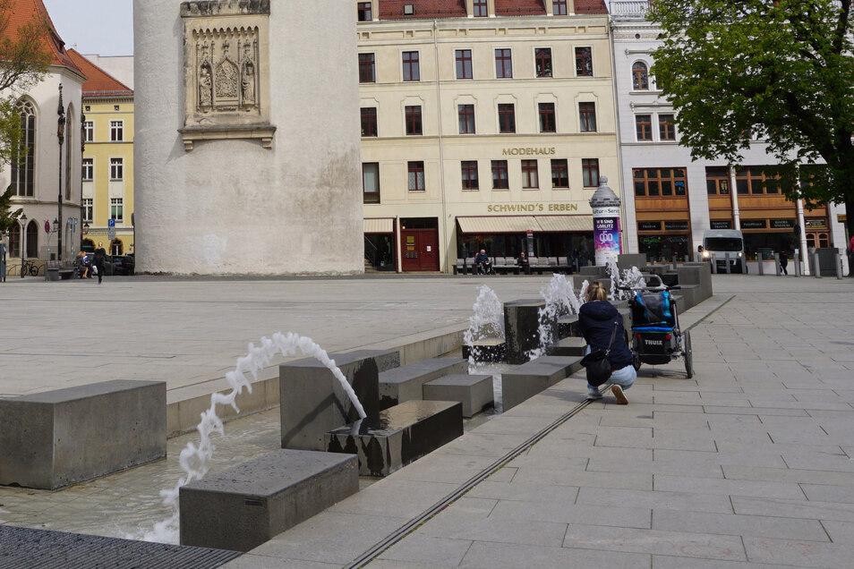 Der Springbrúnnen am Marienplatz lädt Jung und Alt ein, dort - mit Mindestabstand - zu verweilen oder zu spielen,