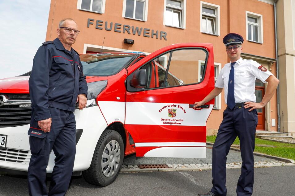 Ortswehrleiter Daniel Wobser (rechts) und Hartmut Riemer, stellvertretender Vorsitzender der Zittauer Feuerwehr, freuen sich über den neuen MTW.