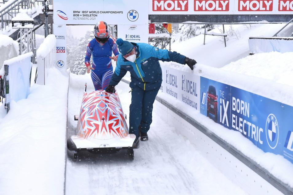 Das schwere Gerät muss schnell raus aus der Bahn. Matthias Sedlaczek hilft dabei.