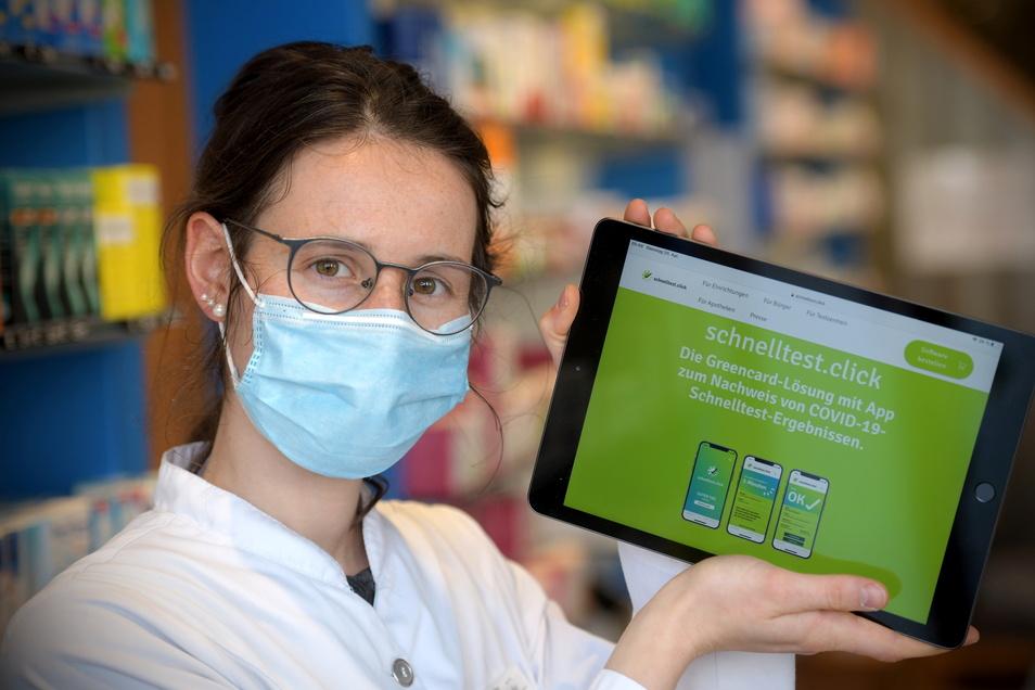 Elsa Rubel von der Alten Apotheke zeigt das Internetportal, mit dem Ergebnisse von Corona-Tests einfach abgerufen werden können. Die Apotheke nutzt das bereits.