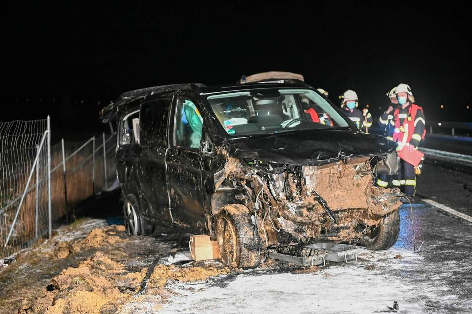 Der Mercedes-Transporter lag ursprünglich auf der Seite. Die Kameraden der Feuerwehr richteten ihn wieder auf.