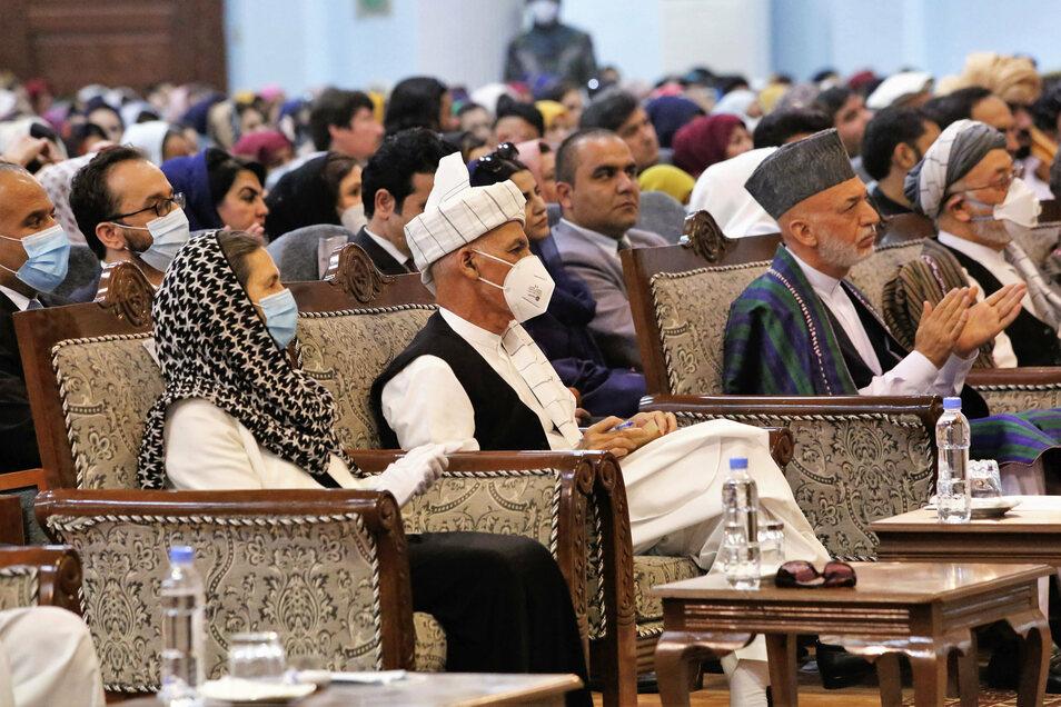 In Afghanistan hat eine große Ratsversammlung der umstrittenen Freilassung inhaftierter Taliban zugestimmt und damit die wichtigste Hürde für den Beginn innerafghanischer Friedensgespräche aus dem Weg geräumt. Unter ihnen war auch der Präsident von