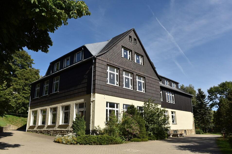 Die Grundschule in Hermsdorf ist inzwischen grünlich saniert und hat mit dem jahrgangsübergreifenden Unterricht auch ein Konzept, das ihren Bestand in Zeiten schwacher Geburtenjahrgänge sichert.