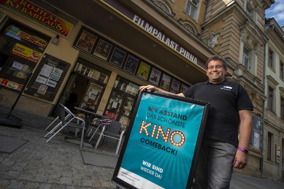 Theaterleiter Hendrik Schönfeld steht vor dem Filmpalast Pirna.