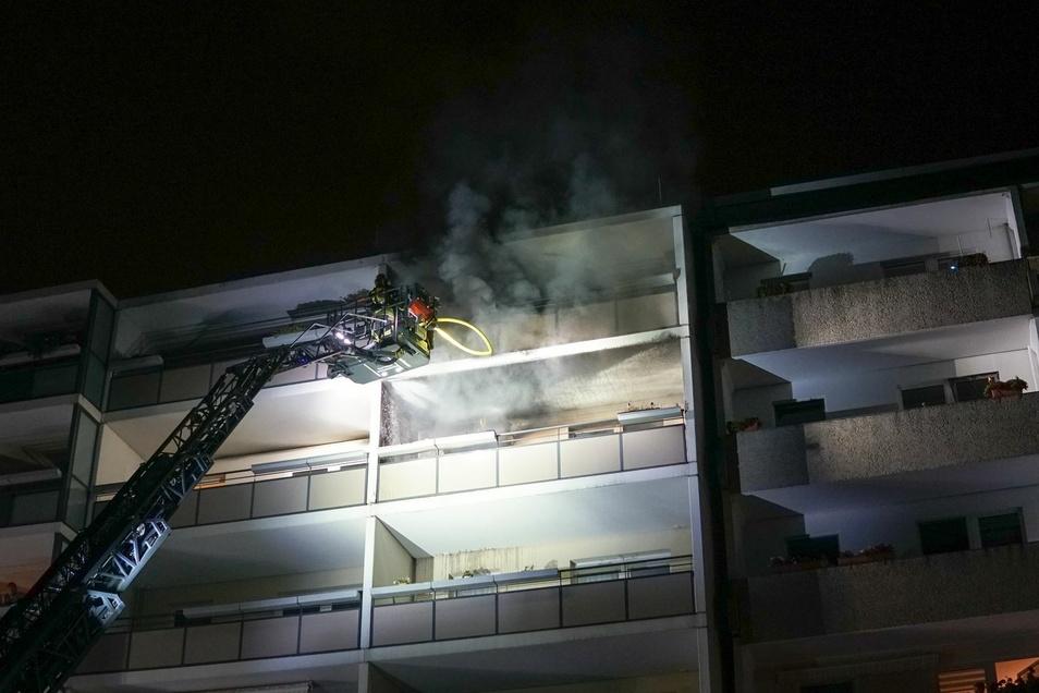 Der Brand in der Küche einer Wohnung hatte sich bis auf den angrenzenden Balkon ausgebreitet, der zwischenzeitlich in Vollbrand stand.