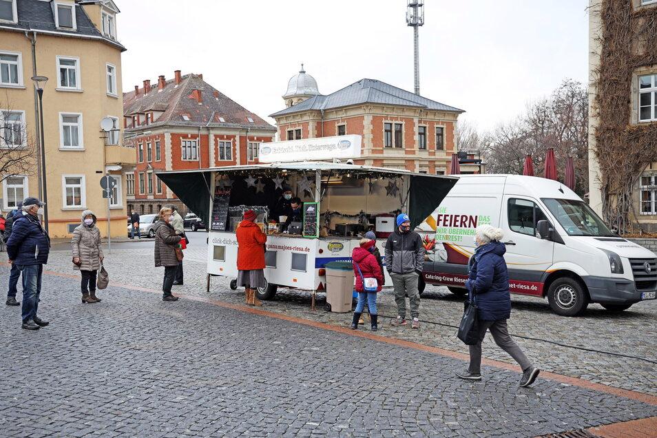 Hier steht das Riesenhügel-Mobil auf dem Riesaer Wochenmarkt. Dort soll es an den Markttagen auch bleiben - aber zusätzlich sonntags nun auch im Tierpark einen Imbiss anbieten.