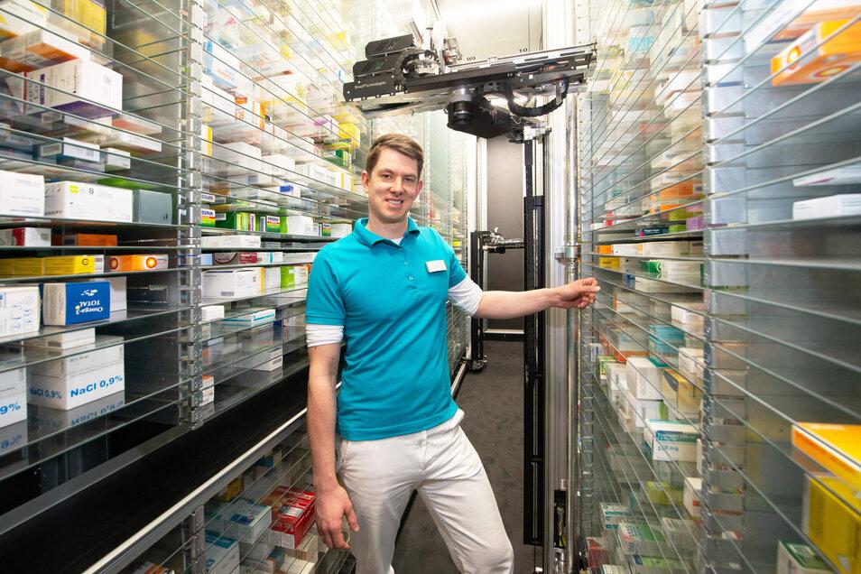 Sven Lobeda ist Chef der neuen Apotheke am Postplatz. In einem Regalsystem haben 20.000 Verpackungen Platz. Ein Roboter sucht sie heraus.
