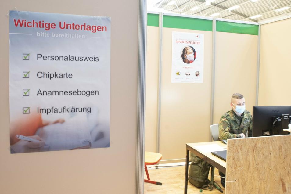 Sieben Bundeswehrsoldaten unterstützen das Deutsche Rote Kreuz bei der Organisation des Impfzentrums in Kamenz. Sie übernehmen zum Beispiel die Registrierung der Patienten.