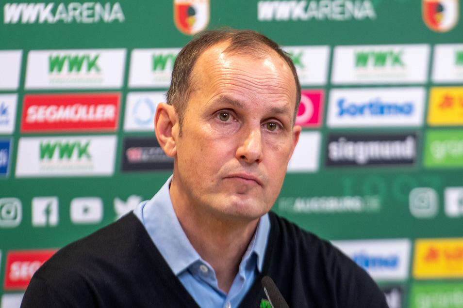 Ein bisschen bedröppelt schaut Heiko Herrlich drein. Die Strafe, am Samstag nicht beim Spiel seiner Mannschaft dabei sein zu dürfen, hat sich der Augsburger Trainer jedoch selbst eingebrockt.