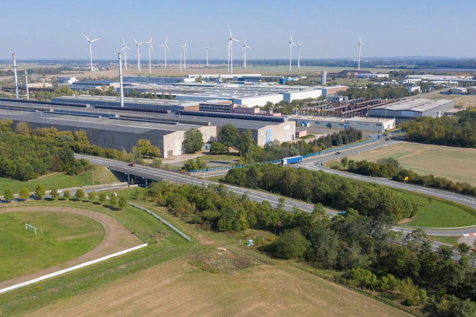 Rund 400 Menschen arbeiten im Rohrwerk Zeithain, das direkt an der Kreuzung von B 169 (im Vordergrund) und B 98 liegt.