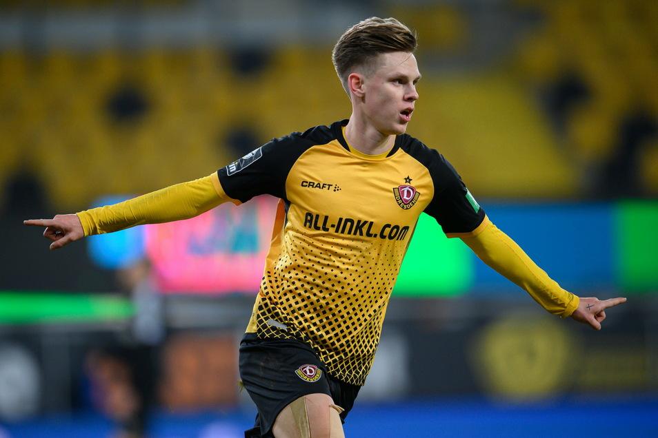 """Julius Kade hat allen Grund zum Jubeln. Läuft gerade für Dynamo und auch für ihn, nicht nur wegen seines Treffers gegen Verl, der als """"Tor des Monats"""" zur Wahl steht."""