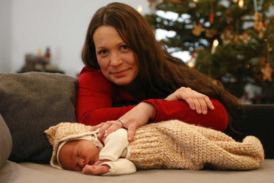 Diana Holdorf mit ihrem Baby Hans-Egard, dessen Geburt Hebamme Manuela Otto am 1. Januar 2021 in Zittau als Hausgeburt in der Stube unterm Tannenbaum begleitet hat.
