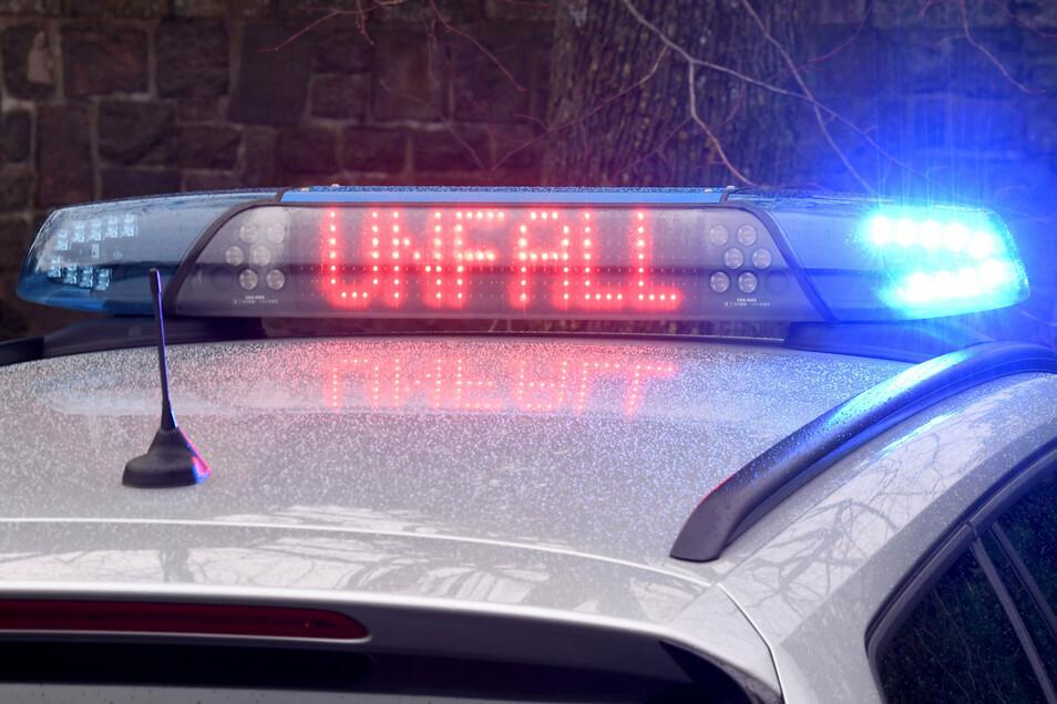 Auf der A4 hat ein Ford einen Unfall mit einem Sattelzug verursacht.