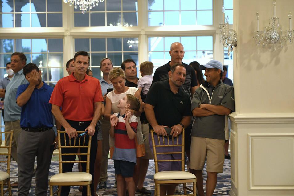 Die bei Trumps Pressekonferenzen anwesenden Journalisten werden routinemäßig auf eine Infektion mit dem Coronavirus getestet. Bei den Gästen des Golfclubs wurde nach Angaben mitreisender Journalisten vor der Pressekonferenz gemessen, ob sie Fieber haben.
