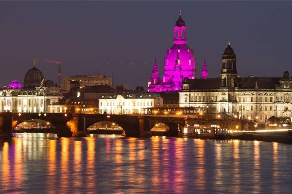 Die Dresdner Altstadt wird aus Anlass des Konzertes mit besonderem Licht bestrahlt.