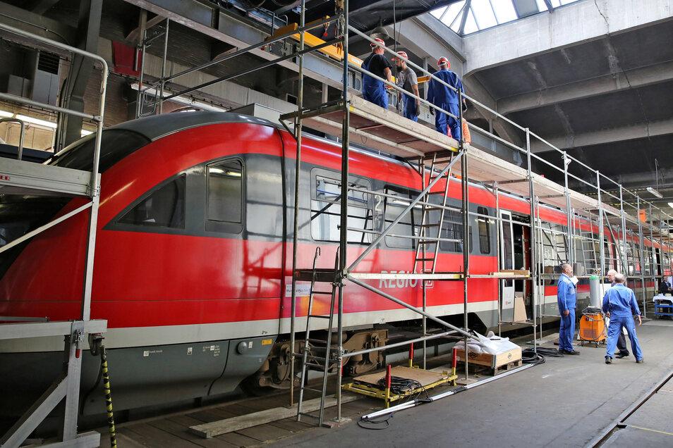 Noch steht der umgebaute Hybridzug im Ex-RAW Chemnitz. Eigentlich sollte er schon 2018 durch das Erzgebirge rollen.