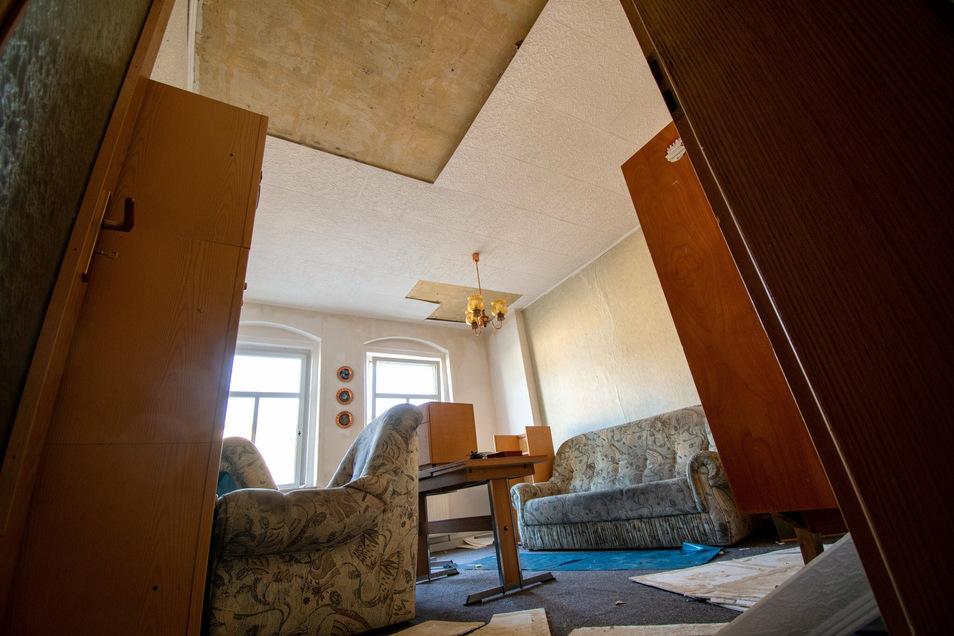 Das Wohnzimmer des 60-jährigen Harthaers ist komplett zerstört. Von der Decke tropfte letzte Woche das Wasser aus der oberen Wohnung ununterbrochen.
