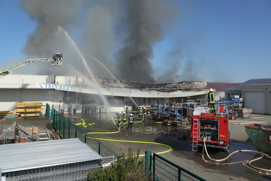 Beim Brand einer Lagerhalle in Großschirma ist ein Schaden von mehreren 100.000 Euro entstanden.