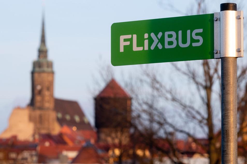 Das Busunternehmen Flixbus prüft derzeit, ob Haltestellen gestrichen werden. Dabei geht es auch um den Stopp in Bautzen.